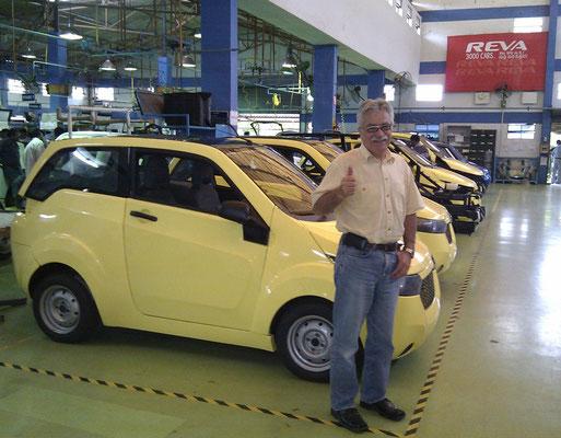 REVA NXR 2010 vor der Auslieferung im Werk in Bangalore. Heute wird dieses Auto in Indien und eine Europäische Version in England als Mahindra e20 verkauft.