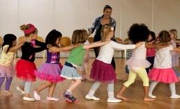 Kleinkinder tanzen