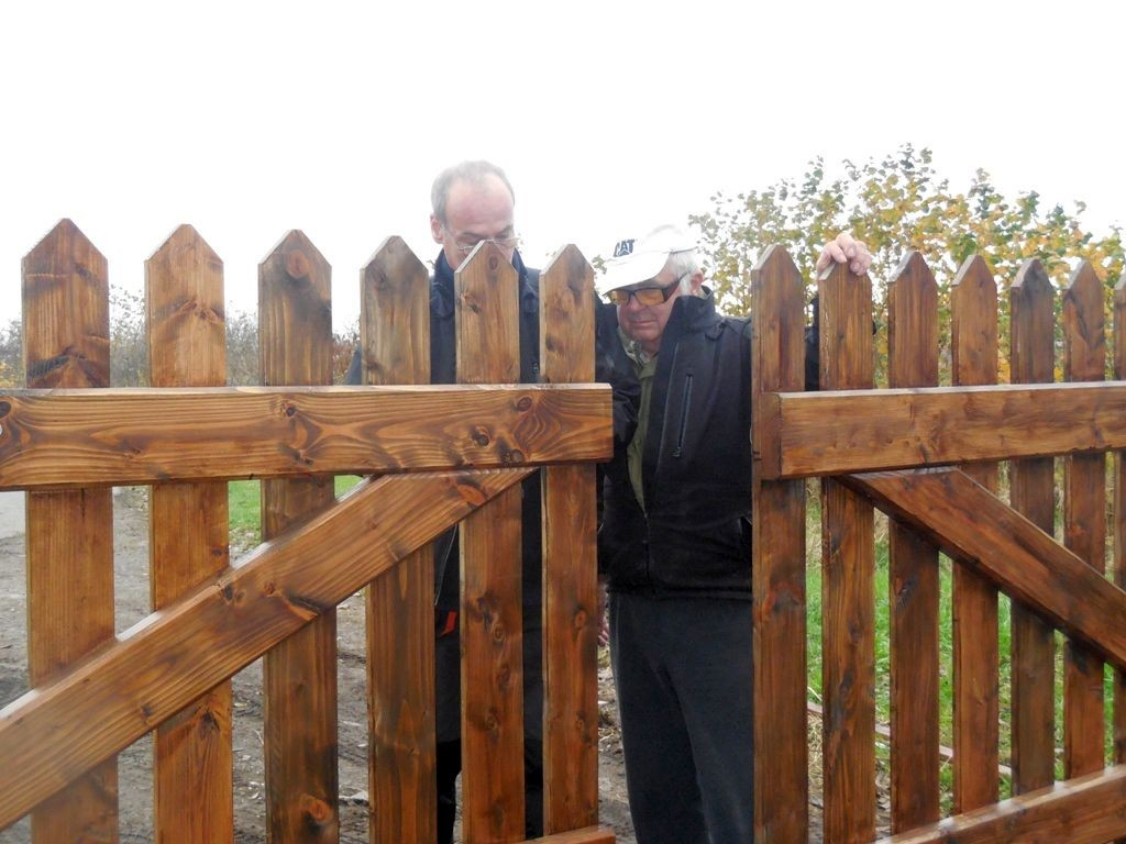 Ehler Bormann beim Einbau des neuen Tores 3