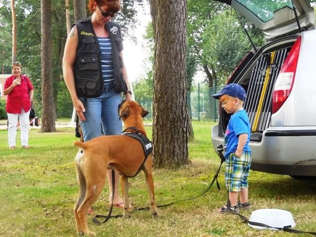 Alex mit Chico und Kind beim Sommerfest der Familienbetreuungstelle.