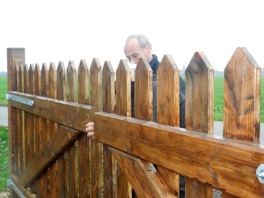 Ehler Bormann beim Einbau des neuen Tores 4