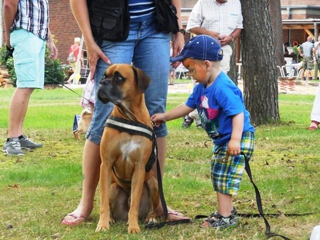 Chico mit Kind beim Sommerfest der Familienbetreuungstelle.