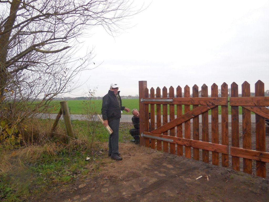 Ehler Bormann beim Einbau des neuen Tores 5