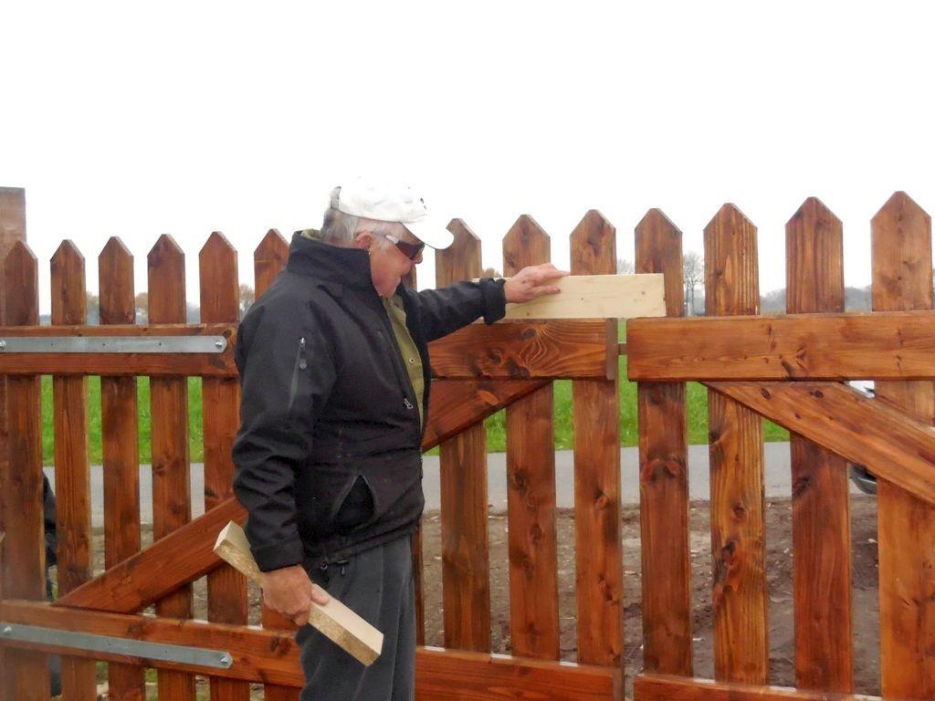 Ehler Bormann beim Einbau des neuen Tores 6