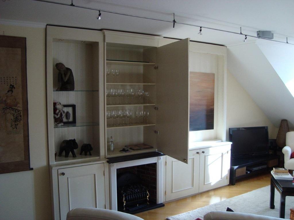 Modernisierung einer Dachgeschosswohnung im Rahmen eines Umbaus. Einbau eines Weinregales und einer Schrankwand mit integrierter Bar und ausziehbarem Flat-Screen (hinter dem Bild nach rechts)