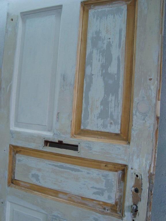 In einem historischen Gebäude wurden Treppen und Türen den aktuellen Feuerschutzvorschriften angepasst. Um die Jugend-Stil-Element zu erhalten, wurden diese als Verblendungen wieder auf die erneuerten Türen aufgebracht.