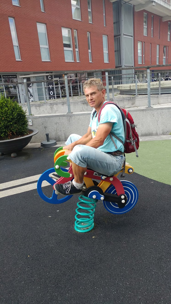 Karsten übt Rad-Lupfen auf dem Spielplatz