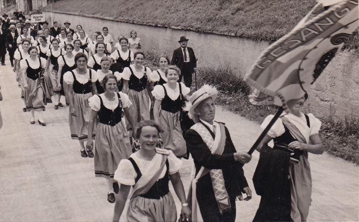 Festlich gewandet und frohgemut geht's ans Sängerfest