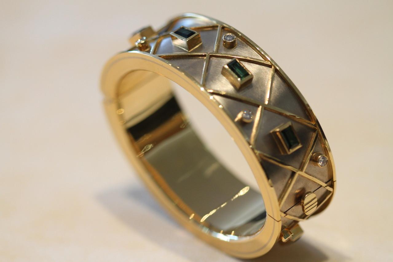 moderner Gold-, Silber-, Stein- und Perlenschmuck