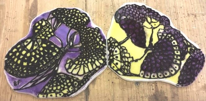 Twee uniek beschilderde onderzetters. Geïnspireerd naar de eigenaresse (dit object is tijdens mijn opleiding gemaakt)