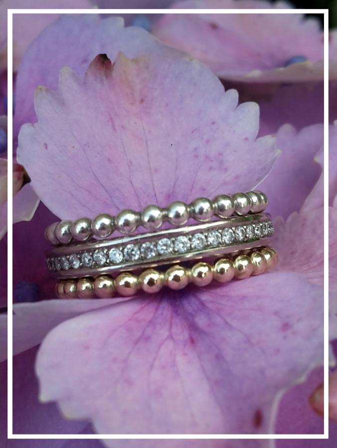 Ehering mit passenden Vorsteckringen im Perlchenstil. In 585/000 Rose'gold und Silber. Perfekt um den Ring hervorzuheben, farblich an anderen Schmuck anzupassen oder auch wenn der Ehering an kalten Tagen etwas lose sitzt :-)