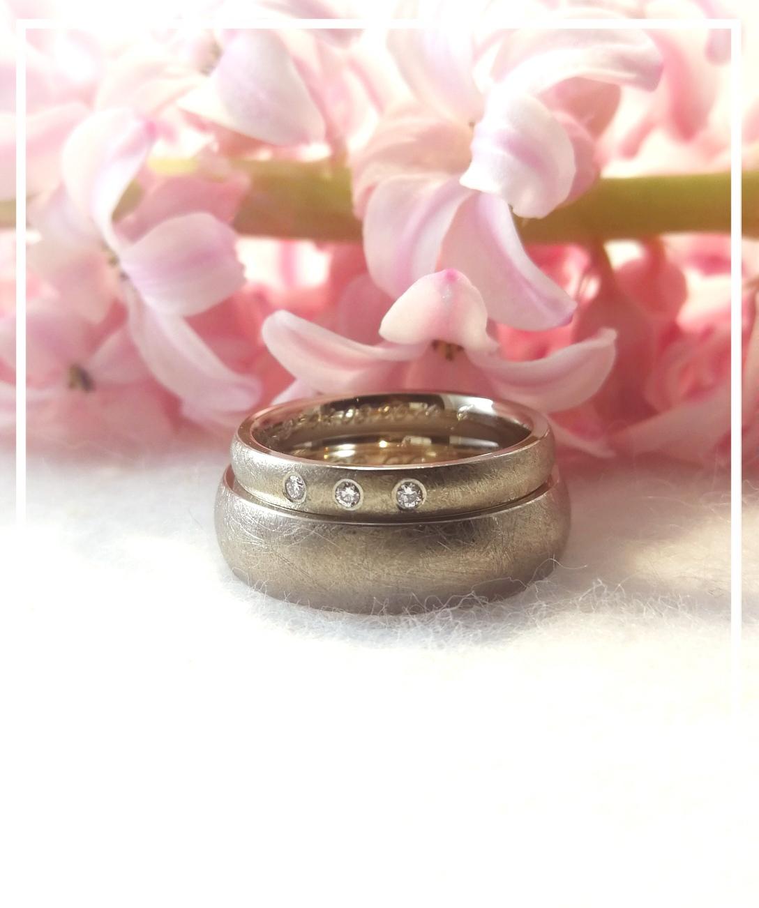 Mit diesen Ringen aus 585/000 Weißgold wird ein neuer Lebensabschnitt begonnen und verbindet die Träger jeden neuen Tag.