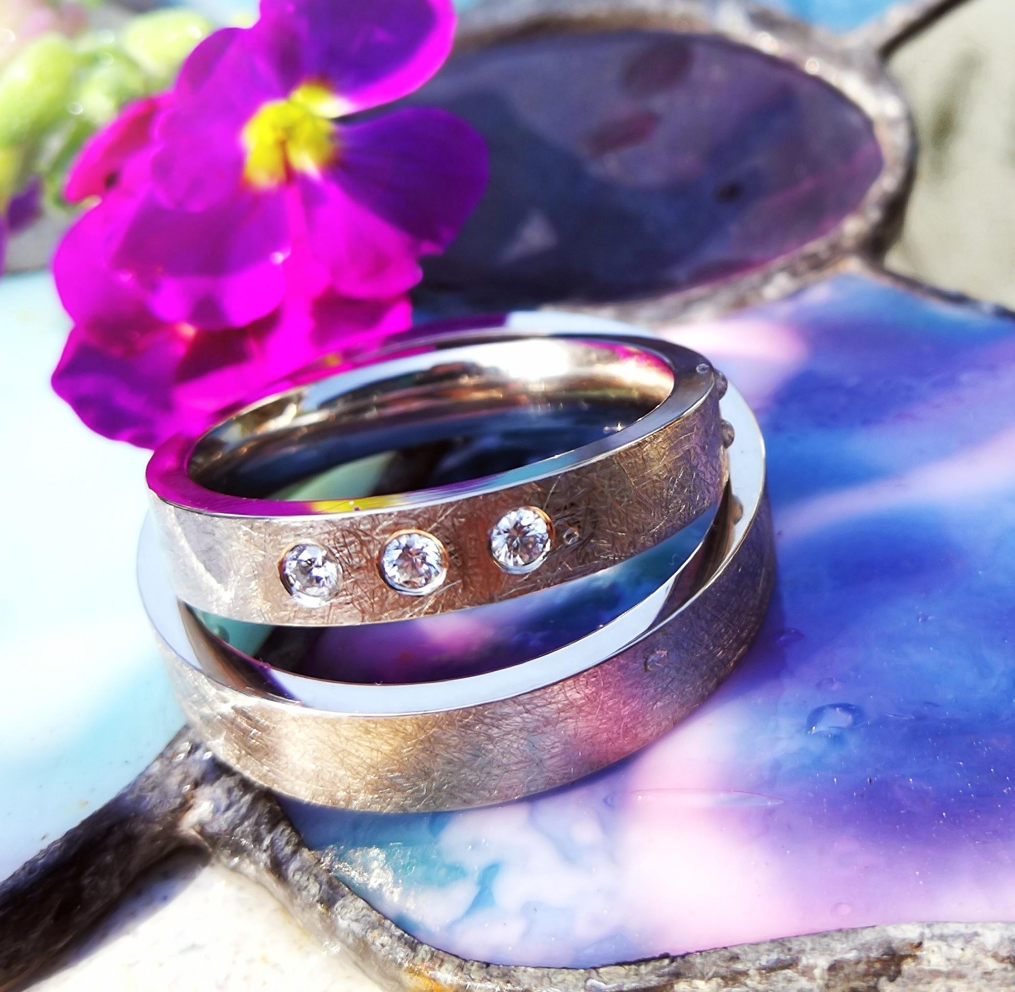 Es muss nicht immer ein Ring am Finger sein. Den Beginn eines neuen Lebensabschnitt kann man auch anders zeigen! Hier mit Seemanns Creolen mit den Initialen in classic Gelbgold 😍