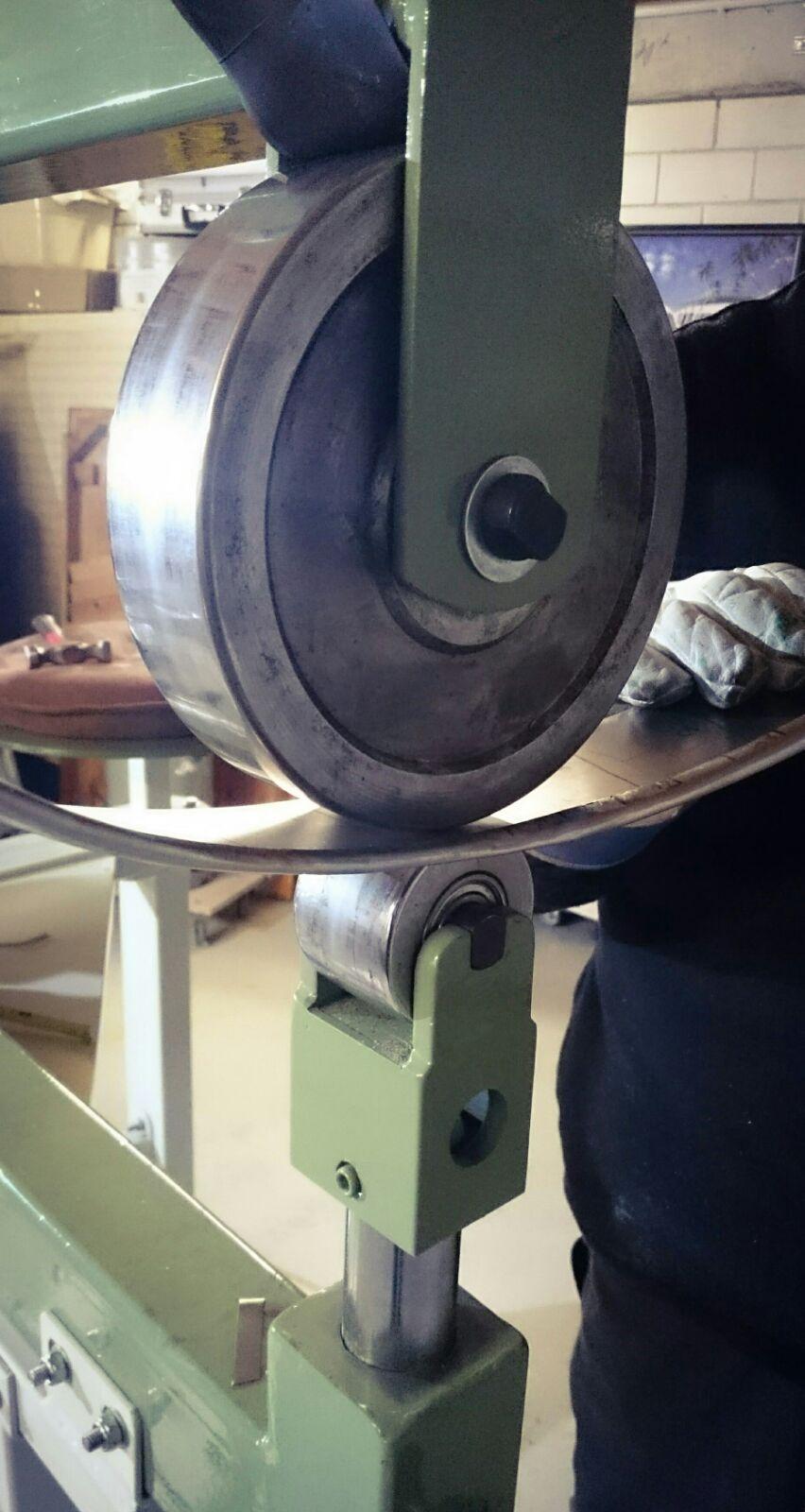 Mit dem English-Wheel lässt sich das Blech sehr gut glätten.