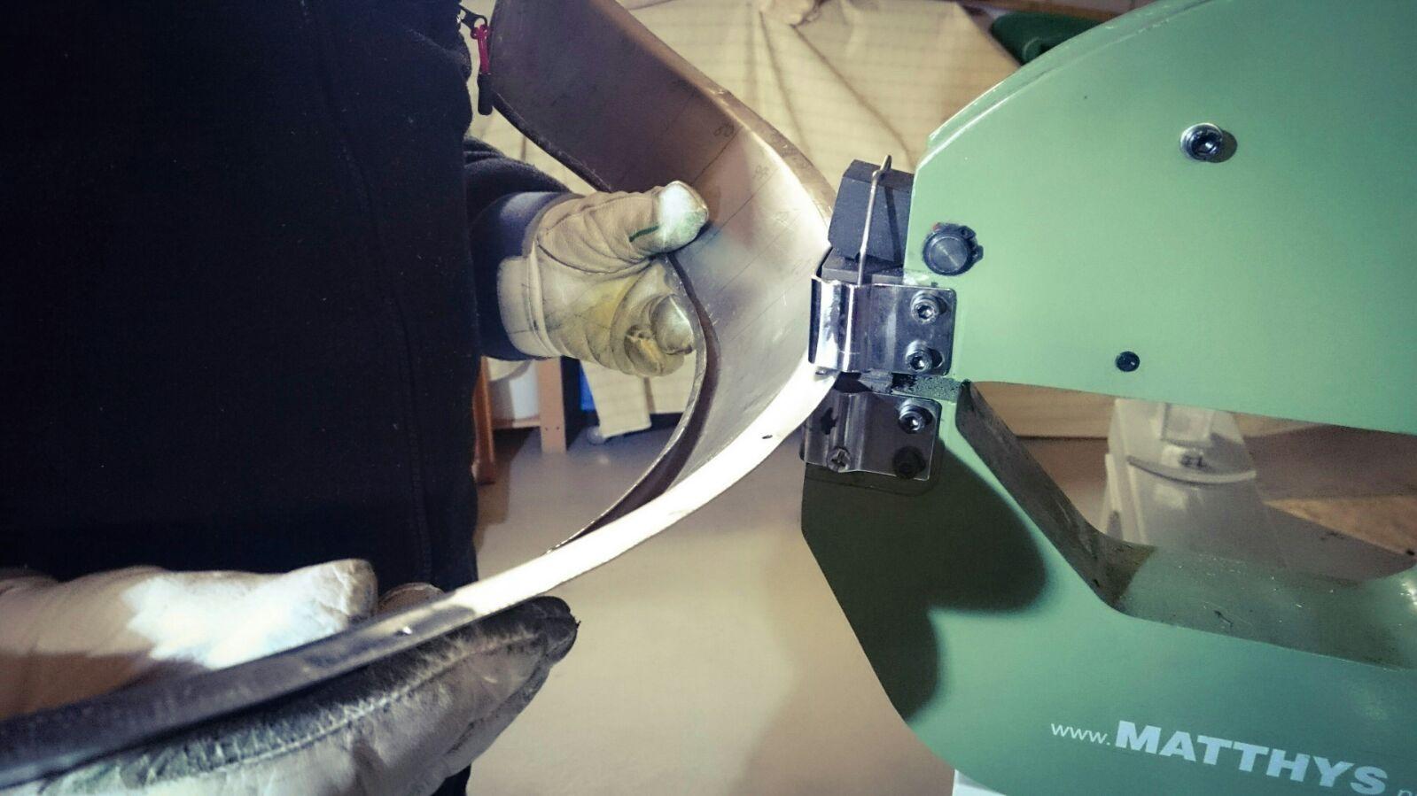 Um erst gar keine Falten aufkommen zulassen und das Blech in Form zu bringen, war uns der Strecker/Staucher eine große Hilfe.