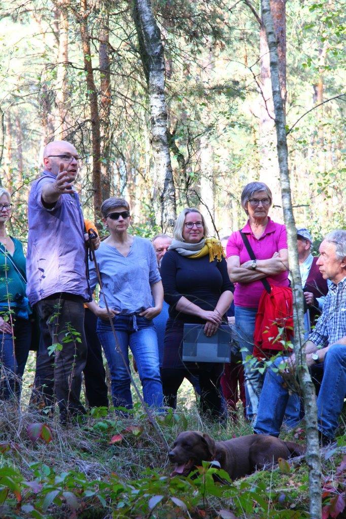 Thorsten Franz erläutert das Vorhandensein der Bunkerreste im Wald, c BUND
