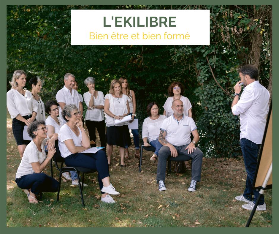 Groupe de personnes suivant une formation en thérapies complémentaires, dispensée par l'école l'Ekilibre, partenaire de Christian Mahaux.