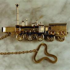 für Eisenbahn-Liebhaber: Lokomotive aus Gelbgold, filigran gearbeitet als Krawattenklammer