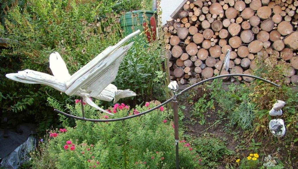 """Gartenkunst-Windspiel """"Kranich"""" (Schwemm-, Treibholz, Kreide, Metall, Naturstein)"""