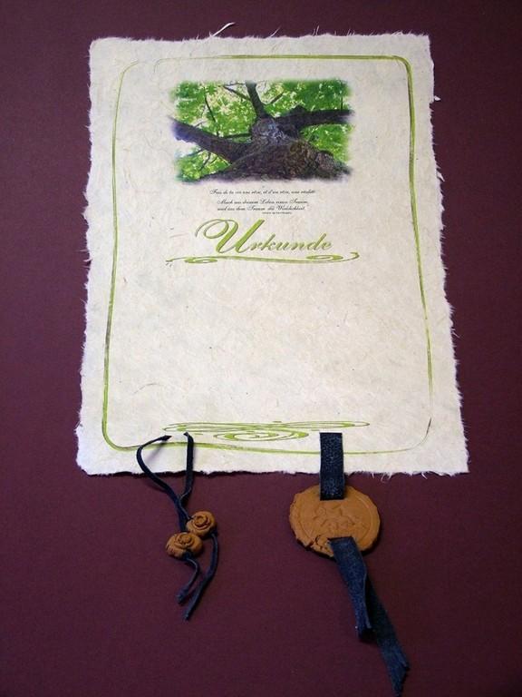 Urkunde auf handgeschöpftem Papier mit Motivbild und Keramikplaketten