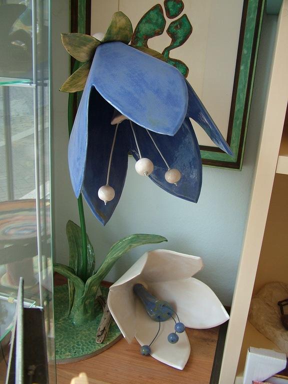 "Skulptur ""Große Glockenblume mit Wechselblüte"" (Keramik glasiert, Metall)"