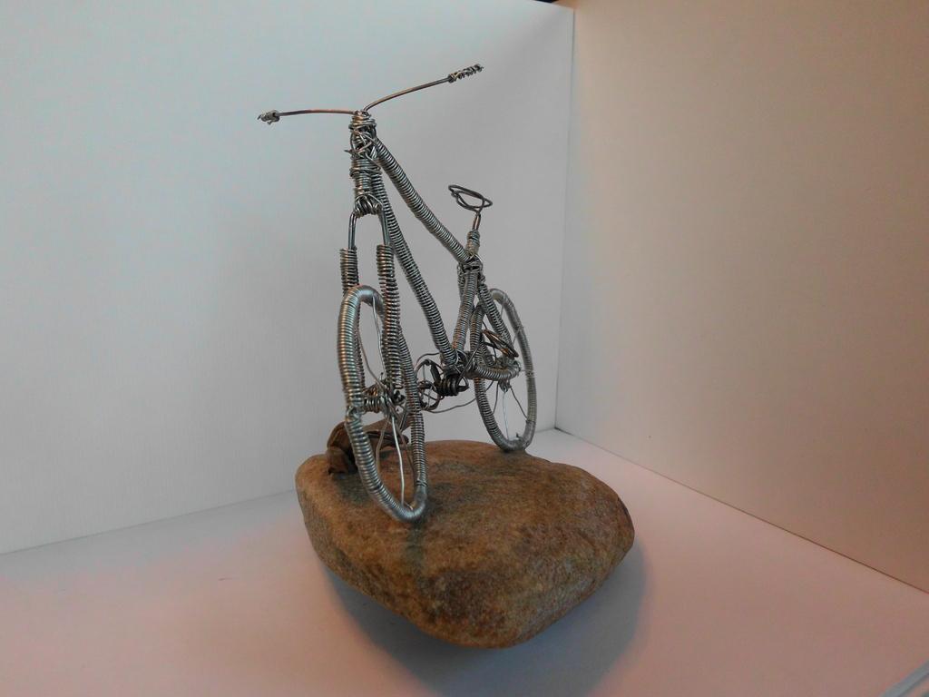 "Skulptur-Fahrrad ""Drahtesel"" (Draht, Naturstein, Schwemmholz) - Ansicht"