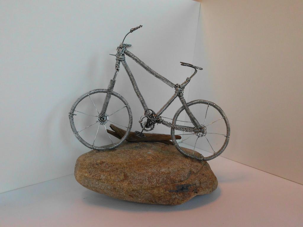"""Skulptur """"Drahtesel"""" (Draht, Naturstein, Schwemmholz)"""