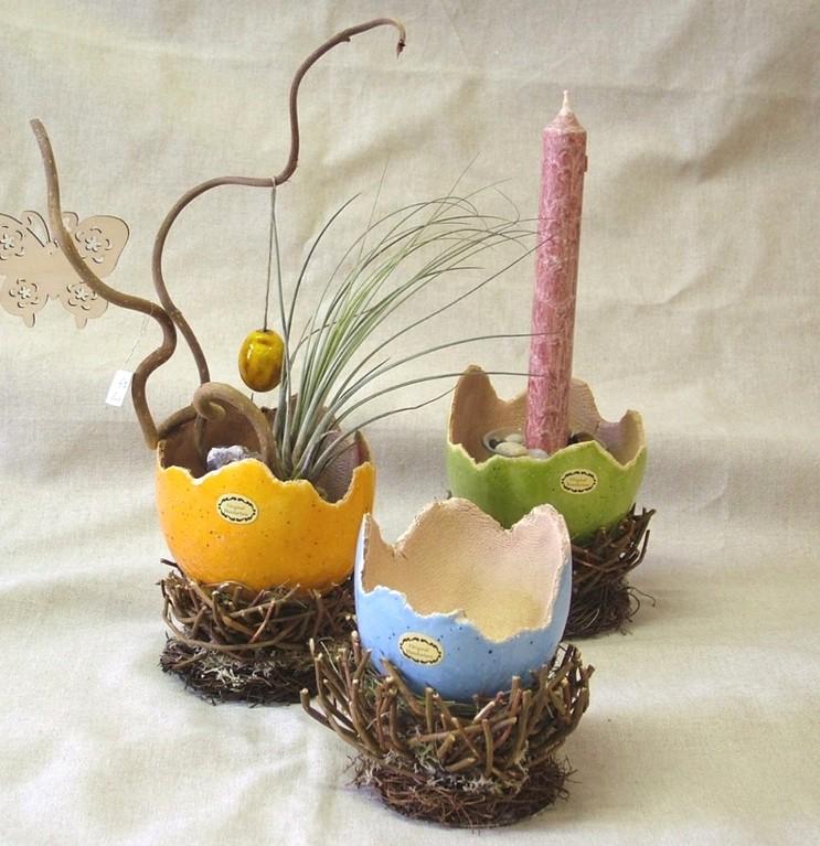 """""""Bunte Eischalen im Nest"""" (handgearbeitete Keramik glasiert, Heu, Gestrüpp)"""