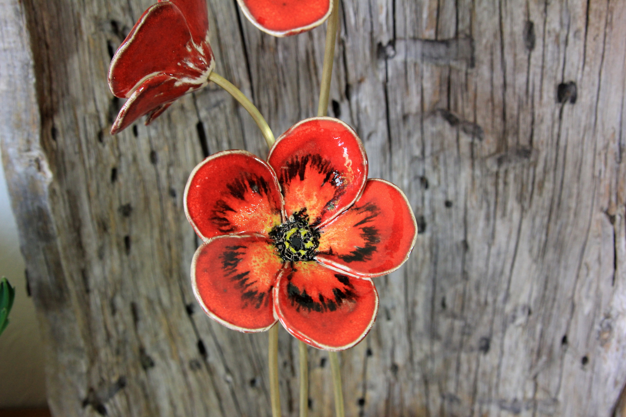 rote Blüte handgefertigt aus Keramik