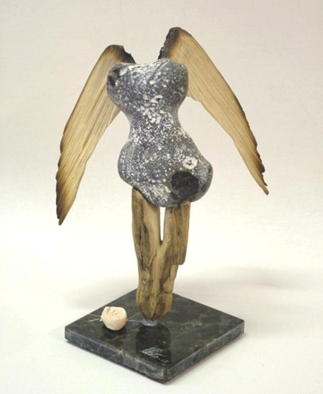 """Skulptur """"Gefallener Engel"""" (Treibholz, Feuerstein, Natursteinsockel)"""