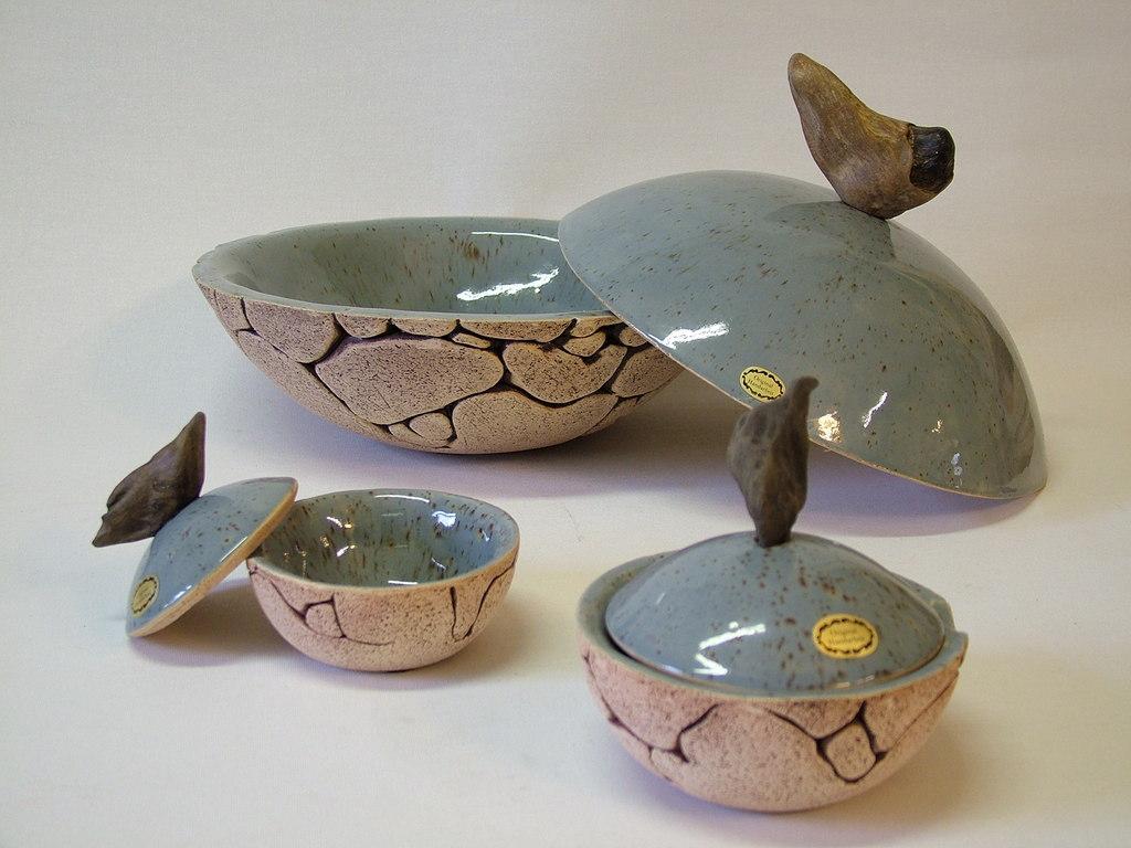 Keramikgefäße mit Treibholz