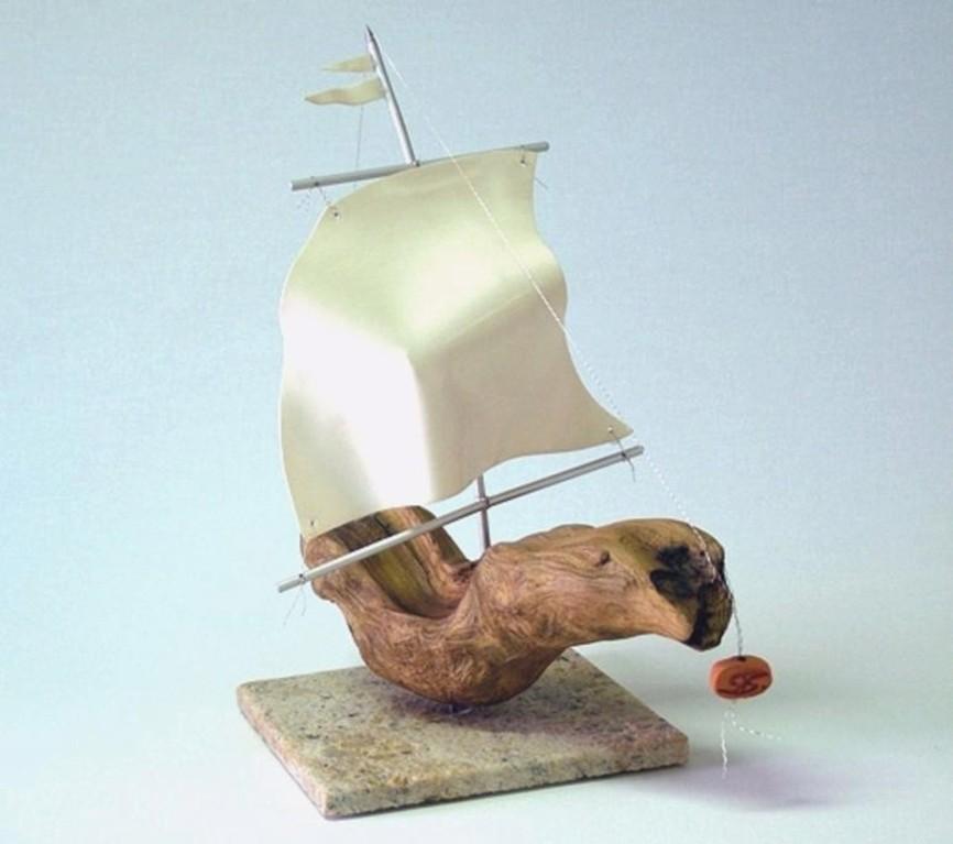 "Schiff-Skulptur ""Gegen den Wind - II"" (Treibholz, Porzellanfolie, Aluminium)"
