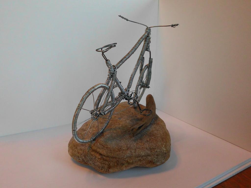 "Skulptur ""Drahtesel"" (Draht, Naturstei, Schwemmholz) - Ansicht"