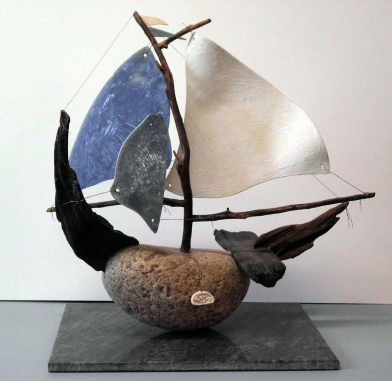 """Schiff-Skulptur """"Gegen den Wind - VI"""" (Treibholz, Gerölle, Porzellanfolie glasiert, Draht)"""