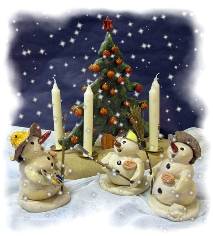 """""""Räucherschneemänner und Weihnachtsbaum in einer Winterlandschaft"""" (handgearbeitete Keramik glasiert, Holz, Sandstein)"""