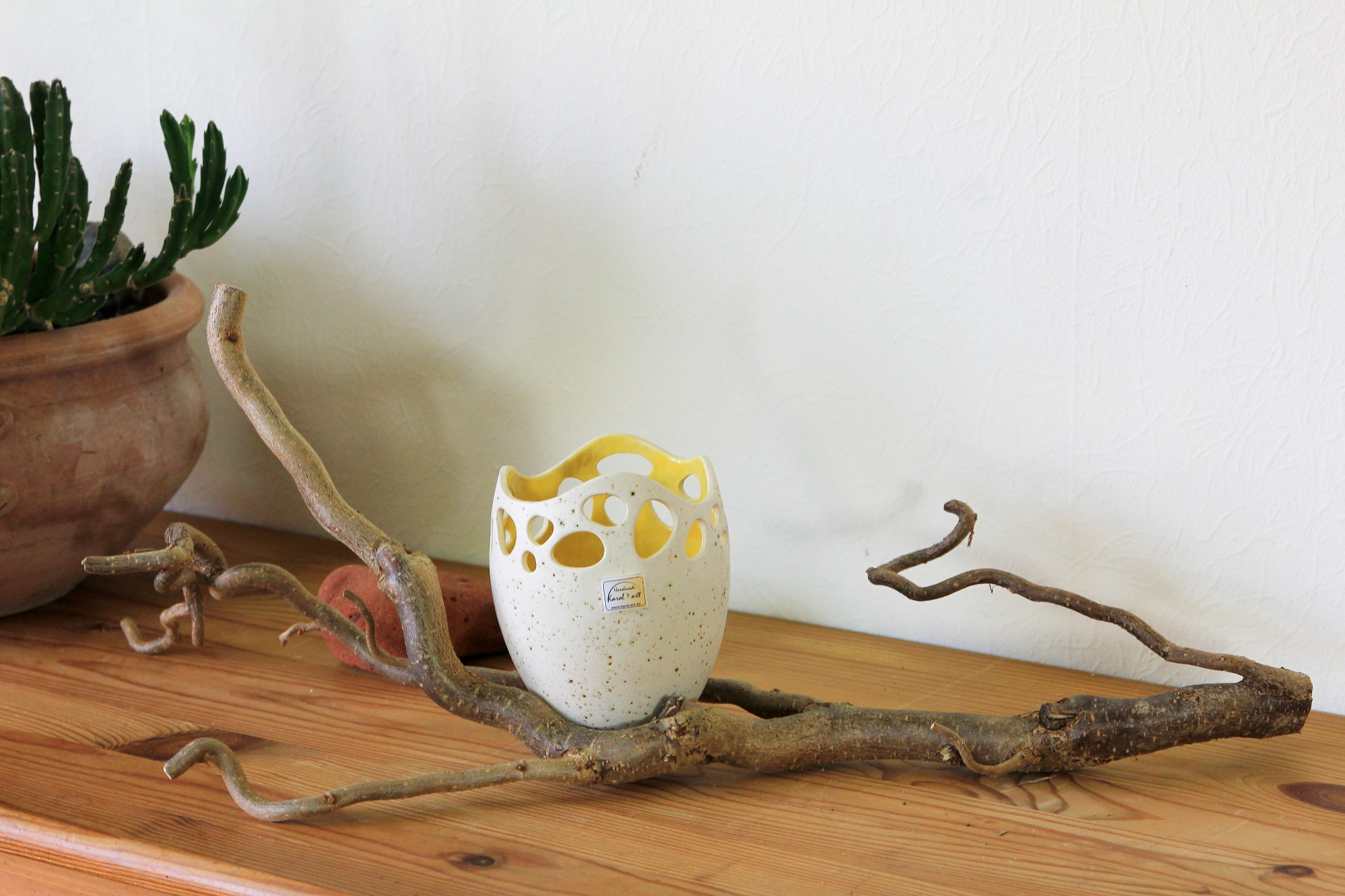Schale, Gefäß aus Keramik auf einem Haselnusszweig