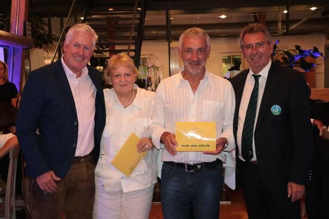 Die glücklichen Gewinner des Wiesenhof Aufenthalts sind Birgit Eichinger vom GC Oberrot-Frankenberg und Willi Herrmann vom GC Teck - © BWGV
