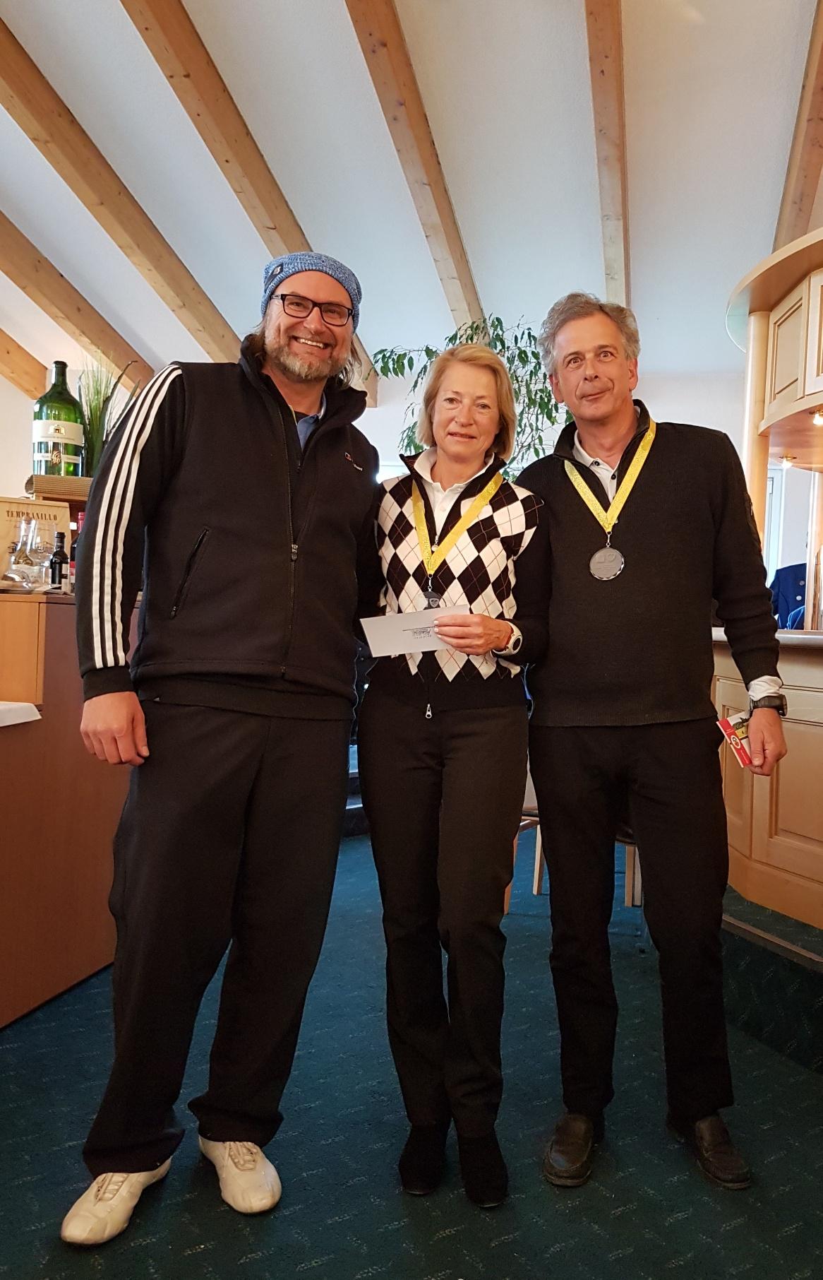 Ein super Ergebnis spielten die Doktoren Angelika und Joachim Haage. Sie erzielten einen Netto-Score von 47 Punkten. Das freute Michael Reiher (links), Spielführer im GC Reutlingen-Sonnenbühl.