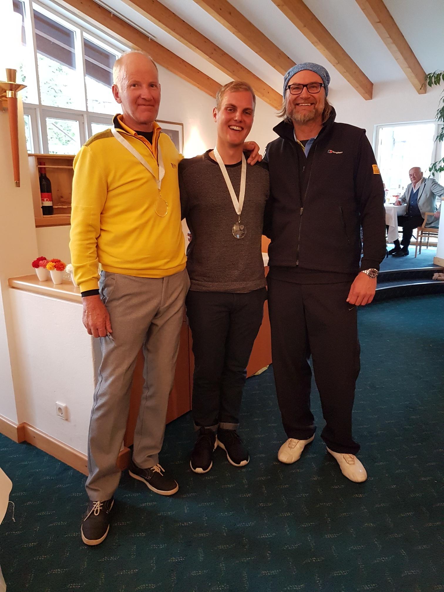 Mit 44 Nettopunkten auf dem Zweiten Platz landeten (von links) Wolfgang Bächle und Mark Hummel. Als Pro sorgte Bächle auch für den besten Brutto-Score. Starke 34 Punkte standen am Ende zu Buche.