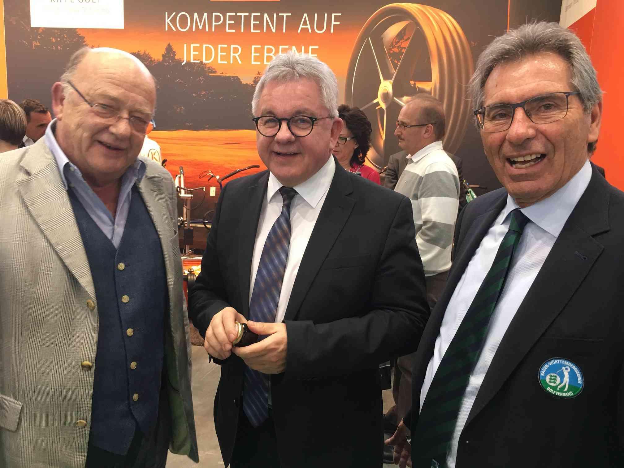 Guido Wolf, Landesminister für Justiz und Tourismus, auf dem Messestand des GC Reutlingen-Sonnenbühl. Links im Bild Clubpräsident Udo Rogotzki und rechts Otto Leibfritz, Präsident des Baden-Württembergischen Golfverbands (BWGV).