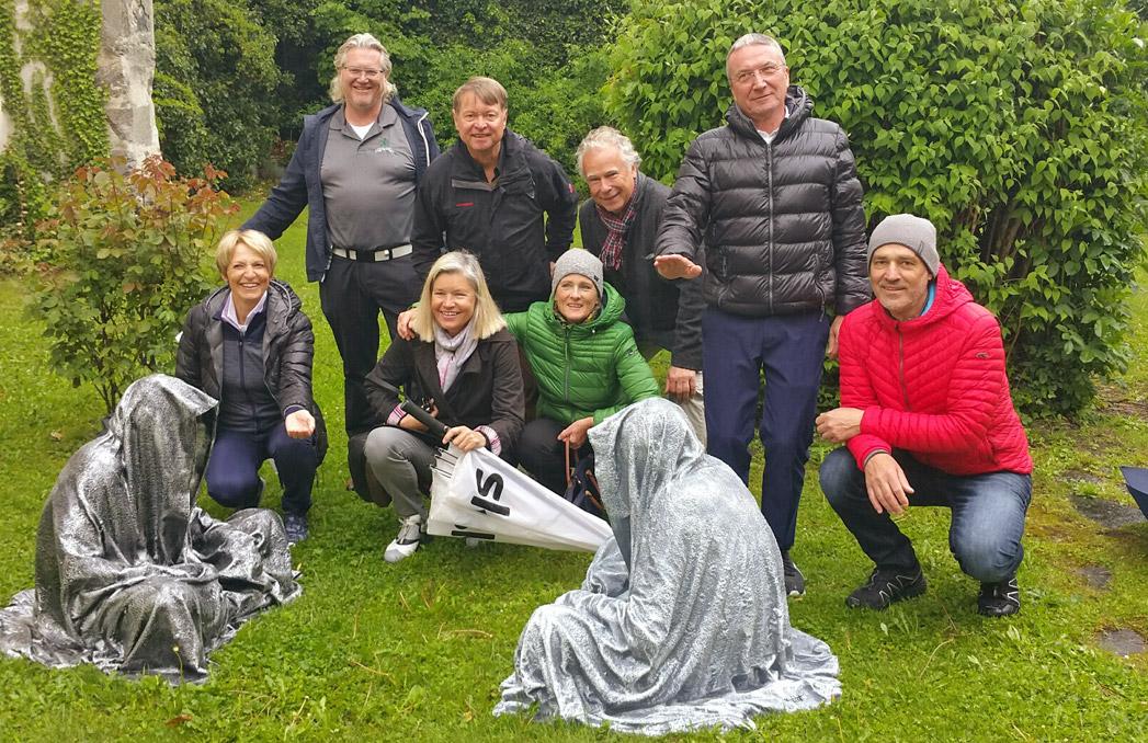 Die Reisegruppe mit den Skulpturen im Garten des Millstätter Stiftes- © Peter v. Oppen