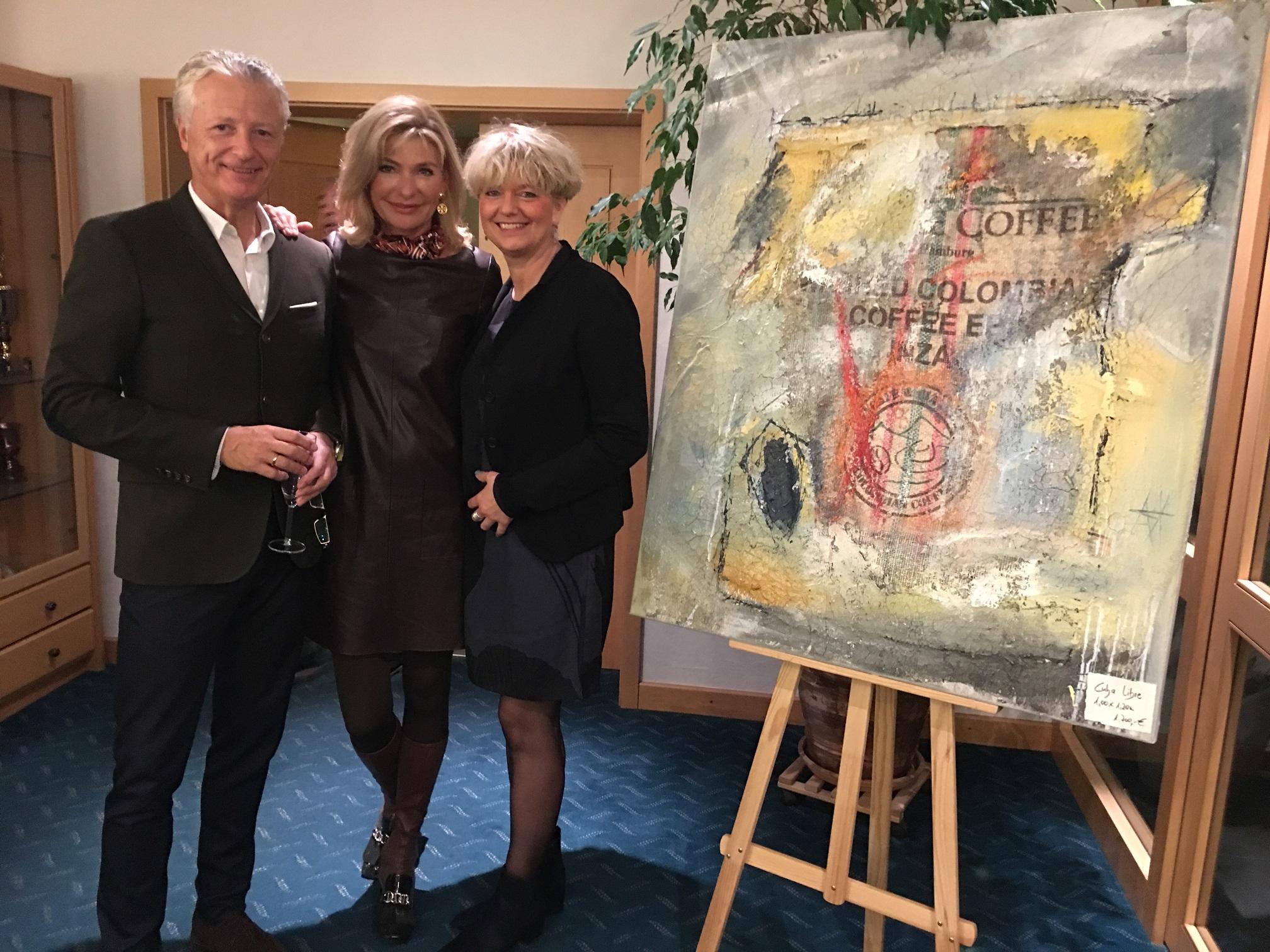Die Künstlerin Petra Nowak (rechts) mit Jürgen Schaal, Vorstand Presse- und Öffentlichkeitsarbeit im Golfclub, und dessen Ehefrau Elisabeth Schaal.