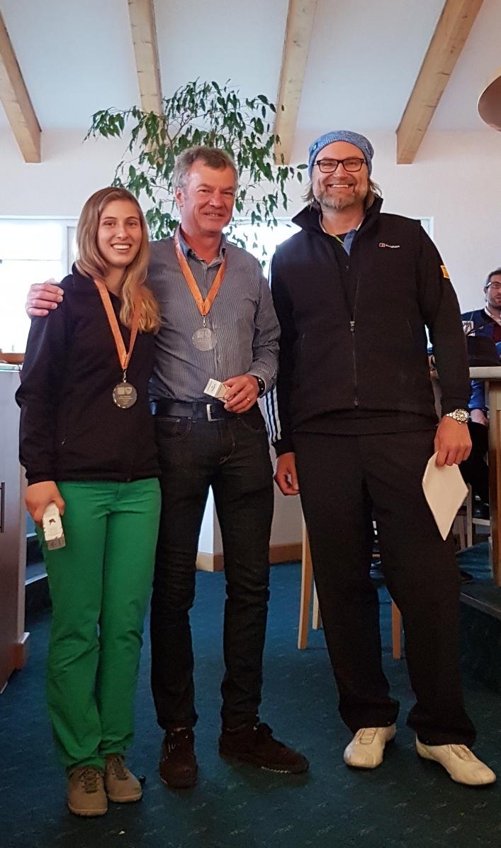 Platz Drei belegten Antonia Oelhafen und Dr. Bernd Krieg. Sie brachten 43 Nettopunkte ins Clubhaus und bekamen dafür die Plakette am bronzenen Band.