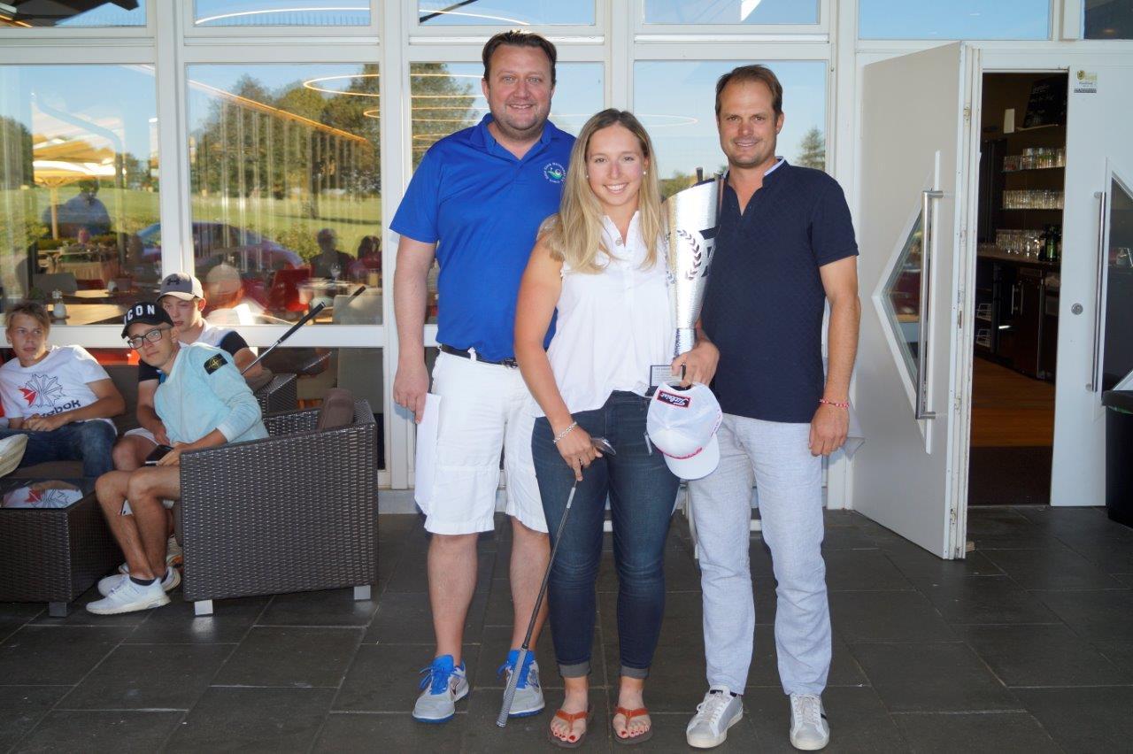 Siegerin Patricia Isabel Schmidt in der Mitte, links Sportwart Bernd-Uwe-Siebert, rechts Sponsor Harald Ruoss