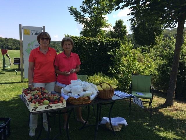 Die fleißigen Helferinnen Sabine Baldermann (links) und Gertrud Wiegand sorgten für die gute Versorgung der Spielerinnen am Start - © GC Reutlingen-Sonnenbühl e.V.