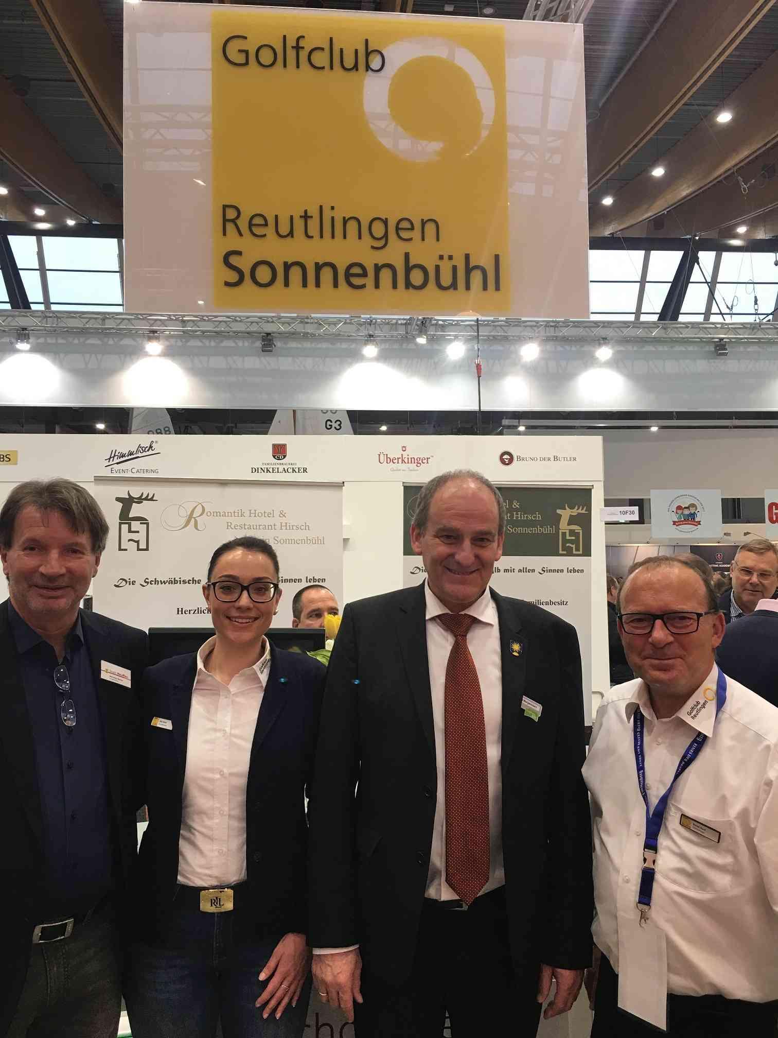 Zwei Bürgermeister auf dem CMT-Stand des Golfclubs von der Alb: Uwe Morgenstern (Mitte), Sonnenbühl, kam zusammen mit Matthias Bäcker (li), Neuffen. Darüber freuten sich Clubsekretärin Anja Fetzer und Bernd Ruof, Clubmanager.
