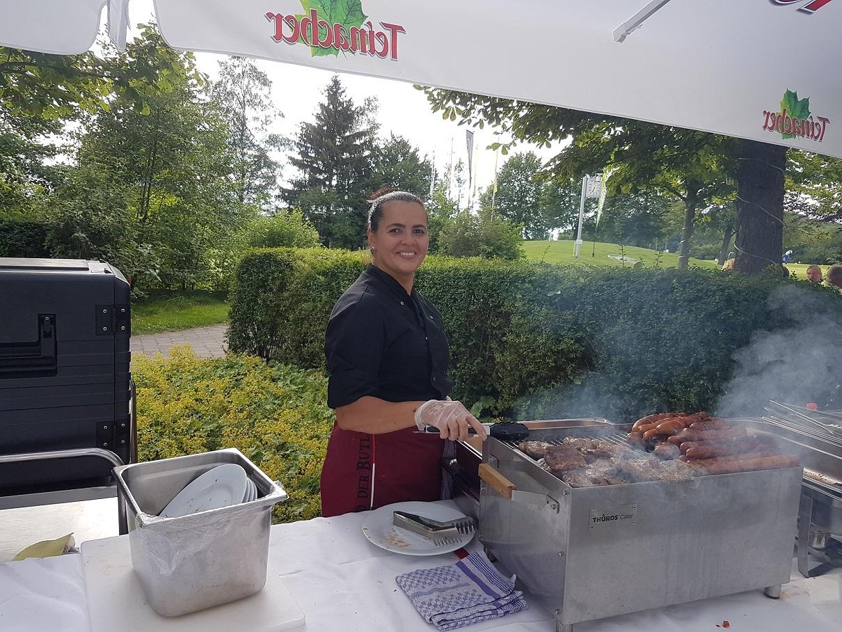 Da nimmt man doch gerne noch ein zweites Stück: Charmant und kompetent sind Würste, Steaks, Braten und Gemüsespießchen auf dem Grill zubereitet worden. Von allem gab es reichlich – keiner musste hungrig zurückbleiben.