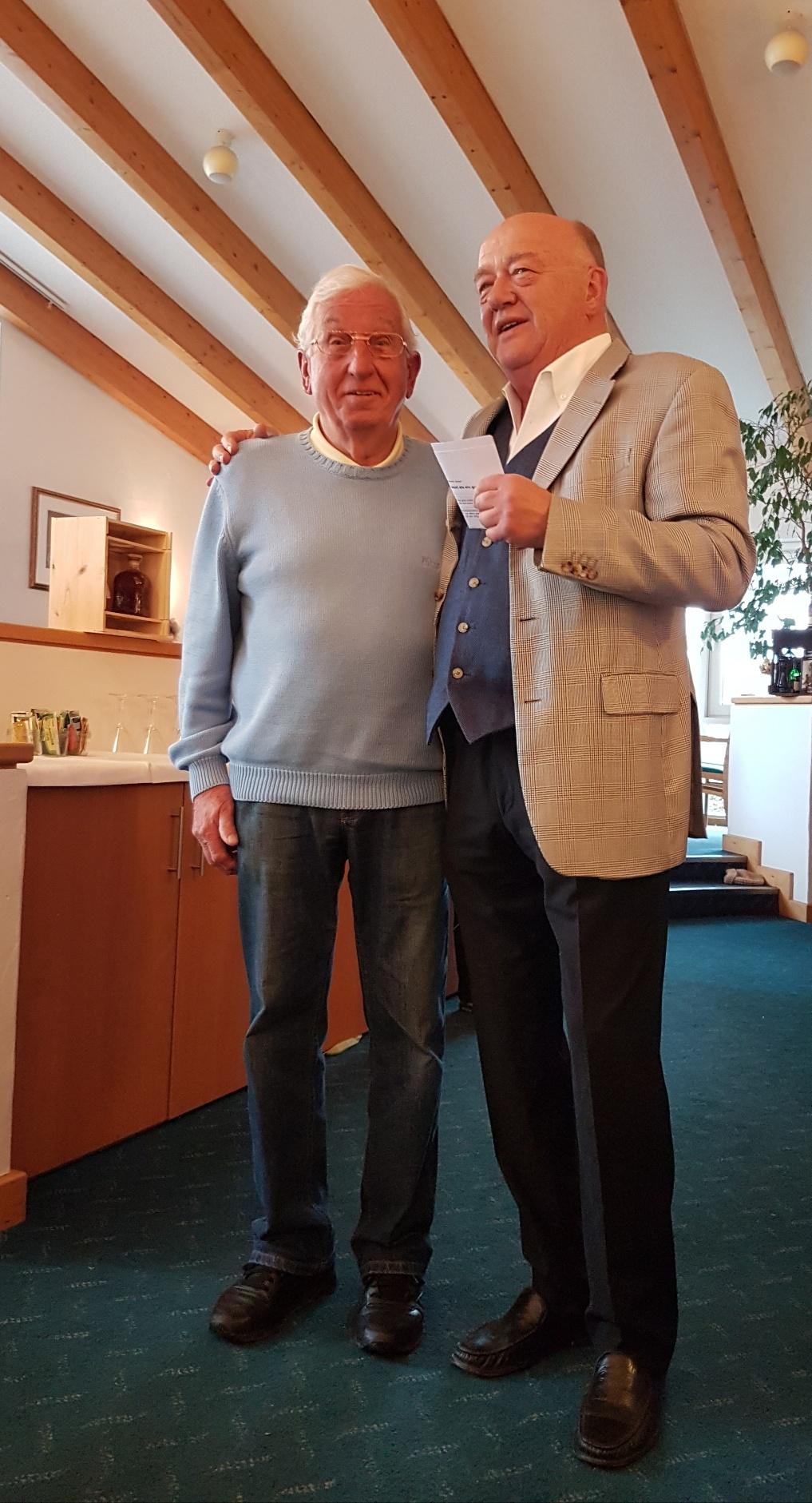 Präsident Udo Rogotzki (rechts) hebt in seiner Rede das große Engagement von Rolf Wörner hervor. Wörner, der die Mai-Feste im Golfclub schon seit Jahren mit viel Einsatz organisiert, unterstützt auch in anderen Bereichen den Club. Dafür dankte ihm der Prä