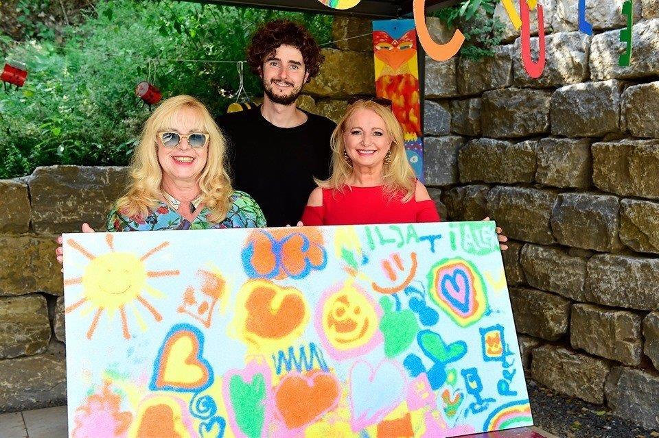 Malen mit Sand - Shooting Star Tim Bengel im Kinderzentrum Maulbronn