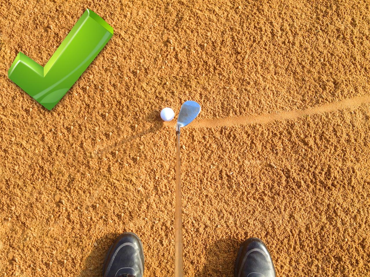"""""""offene Schlagfläche"""": Eine offene Schlagfläche gleitet gut durch den Sand und lässt den Ball hoch starten. Je mehr Sand im Bunker, desto mehr die Schlagfläche öffnen - © Patrick Klemm"""